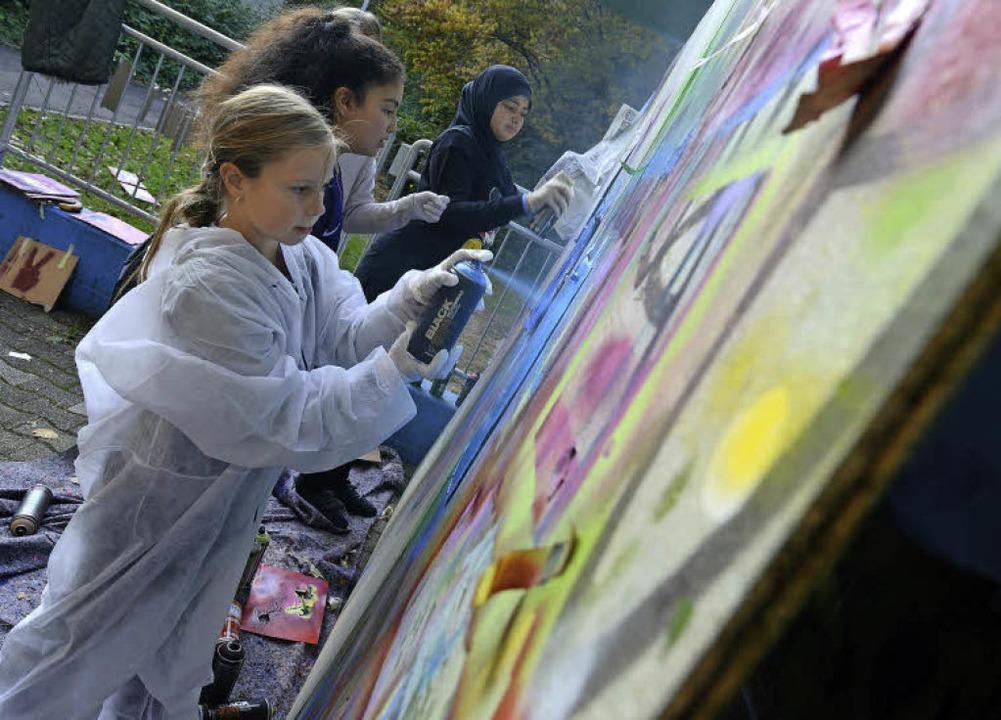 In  der ersten Reihe und nicht von Jun... Sprayerinnen beim Mädchenaktionstag.   | Foto: Eggstein