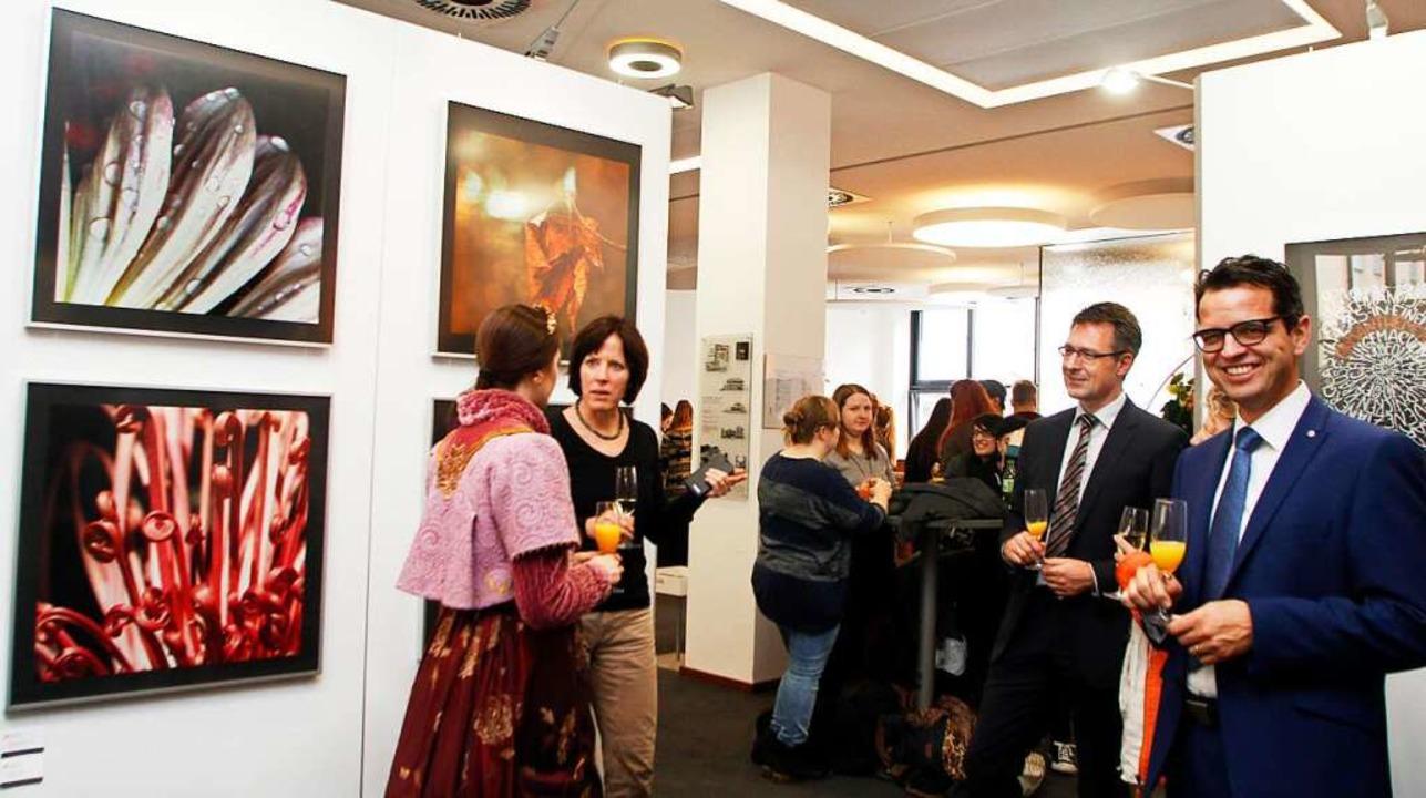 Auch Peter Rottenecker von der Volksba...aneben) sehen sich die Ausstellung an.  | Foto: Heidi Foessel