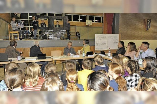 Kinder tun ihre Meinung in Gemeinderatssitzung kund