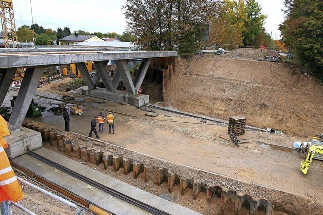 Neue Brücke an ihren künftigen Platz geschoben