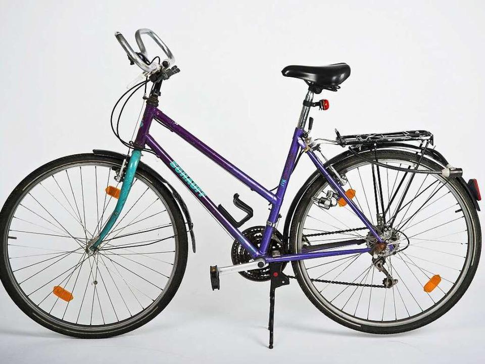 Ein aktuelles Foto des nach wie vor herrenlosen violetten Fahrrads.  | Foto: Polizei Freiburg