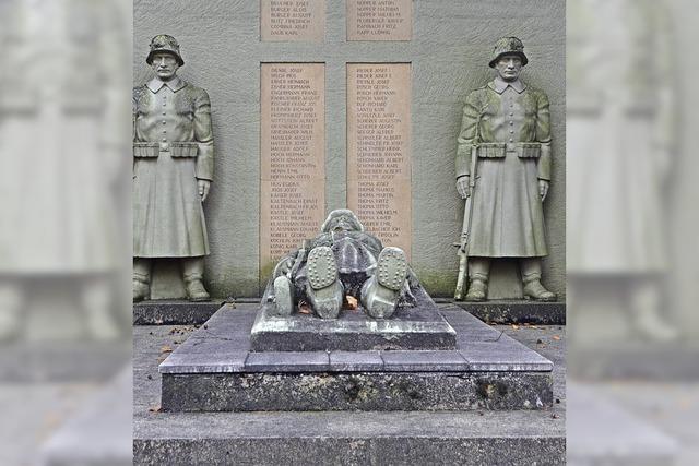 Kunstaktion am Kriegerdenkmal