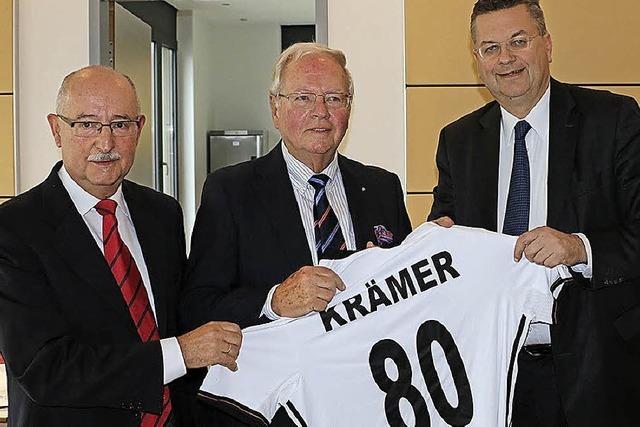 DFB-Präsident ehrt Rudi Krämer