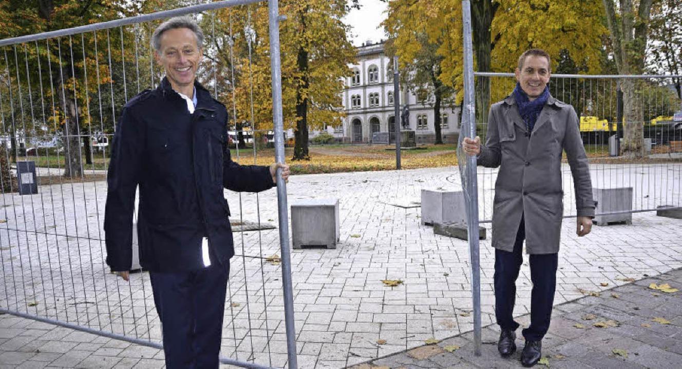 Hereinspaziert: Oberbürgermeister Jörg...n Weg in den sanierten Hebelpark frei   | Foto: Sabine Ehrentreich
