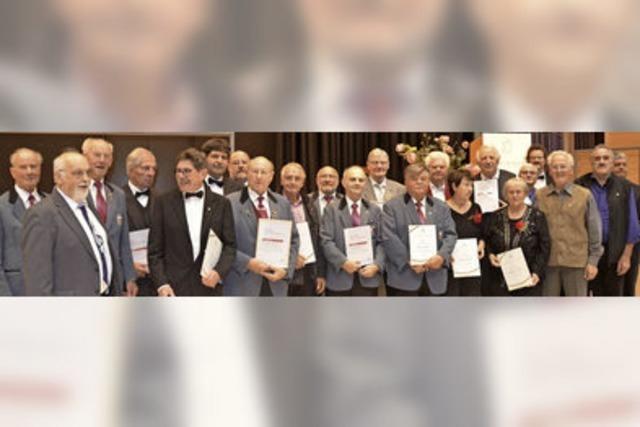 Chorverband Breisgau würdigt seine langjährigen Sänger