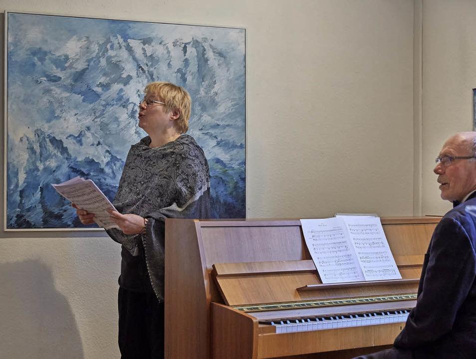 Dorothea Rieger und Lutz Kettnaker umr... Verena Fuchs am vergangenen Sonntag.   | Foto: Roland Krieg
