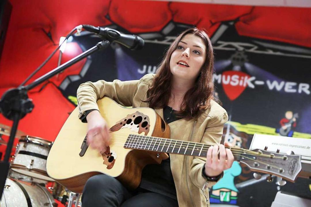 Julia Müller und ihre Gitarre  | Foto: Christoph Breithaupt