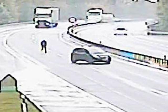 Polizei-Video zeigt Mann, der mitten auf der Autobahn seinem Wagen hinterher rennt