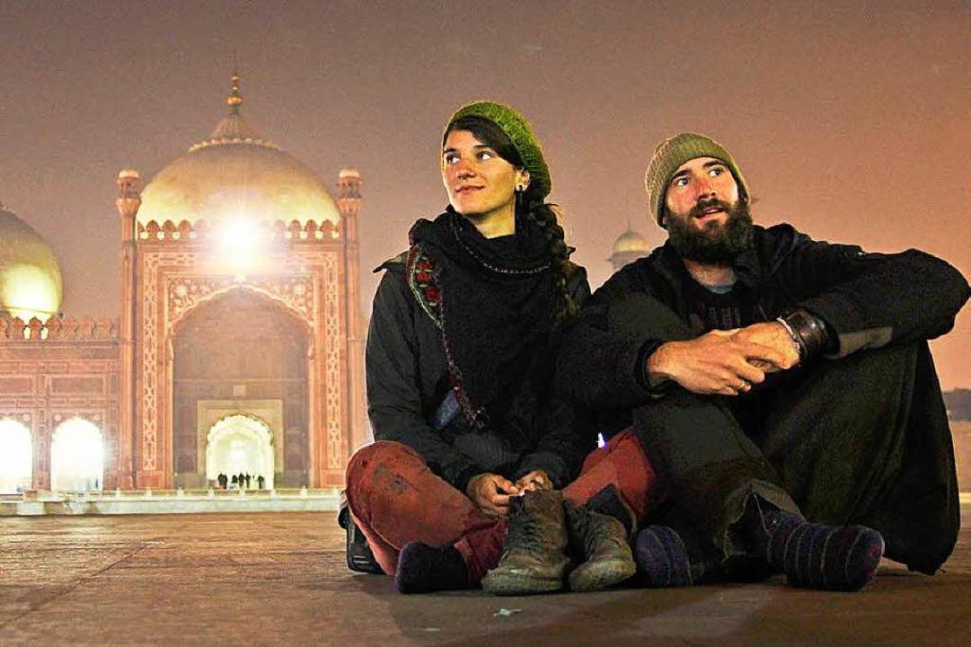 Die Freiburger Reisevideoblogger Gwen ...ier vor der Badshahi Moschee in Lahore    Foto: Patrick Allgaier