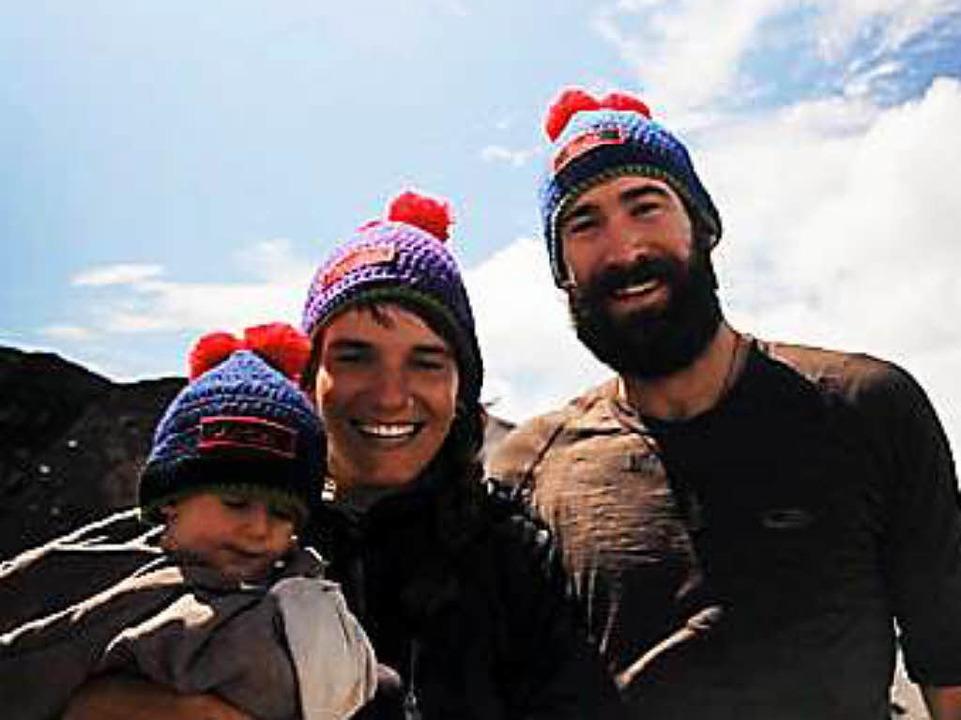 Ohne Flugzeug durch die Welt: Gwen Wei... Patrick Allgeier mit ihrem Sohn Bruno    Foto: Gwen Weisser