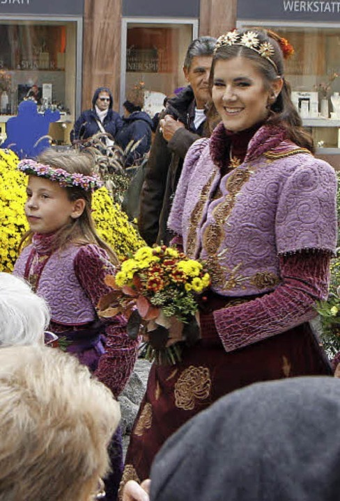 Die Königin beim Gang durch die Marktstraße  | Foto: Heidi Fössel