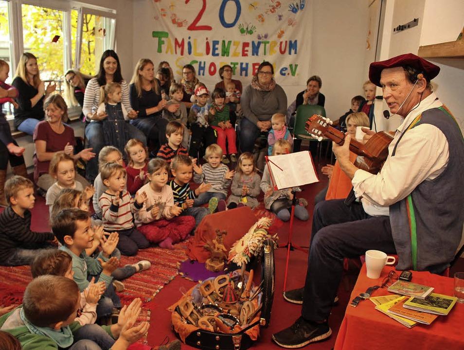 Die Kinder im Familienzentrum machten ...bei der Musik von Hans Spielmann mit.   | Foto: Anja Bertsch