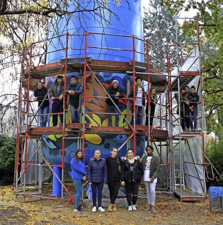 Schüler der Gemeinschaftsschule versch...fferspeicher des Blockheizkraftwerks.     Foto: Privat