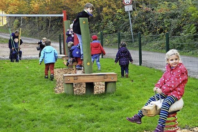 Kinderschar stürmt den Spielplatz