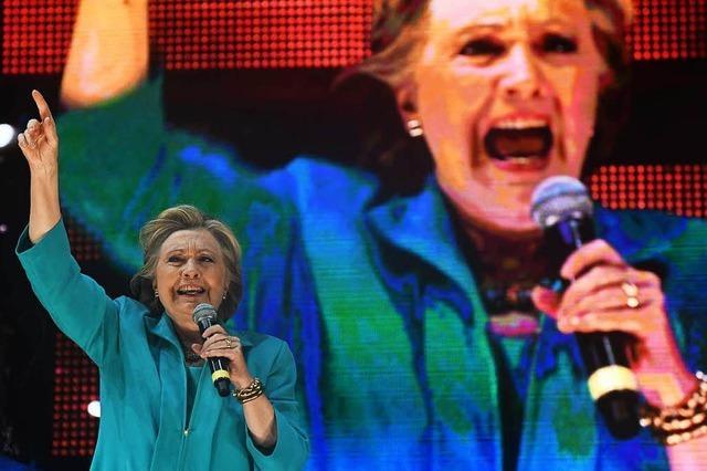 E-Mail-Affäre: Hillary Clinton kritisiert FBI-Chef