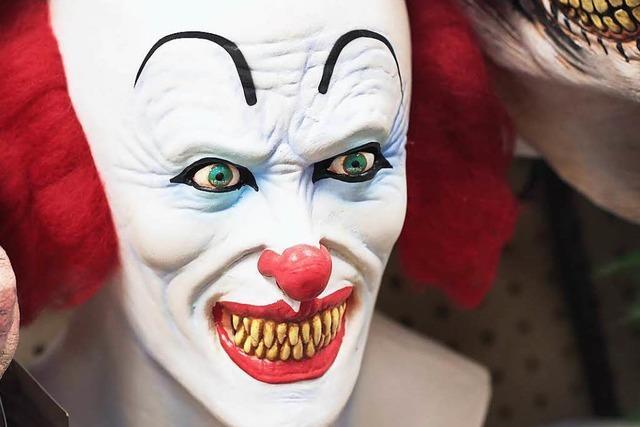 Horrorclown erschreckt Mädchen mit Messer