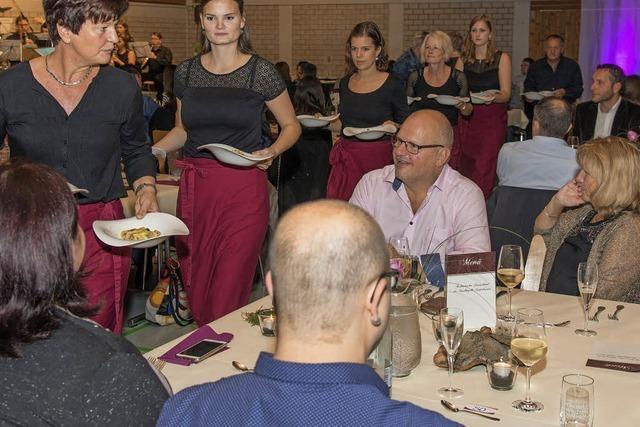 216 Gäste besuchen in der Mehrzweckhalle den zweiten kulinarischen Musikabend der Kapelle