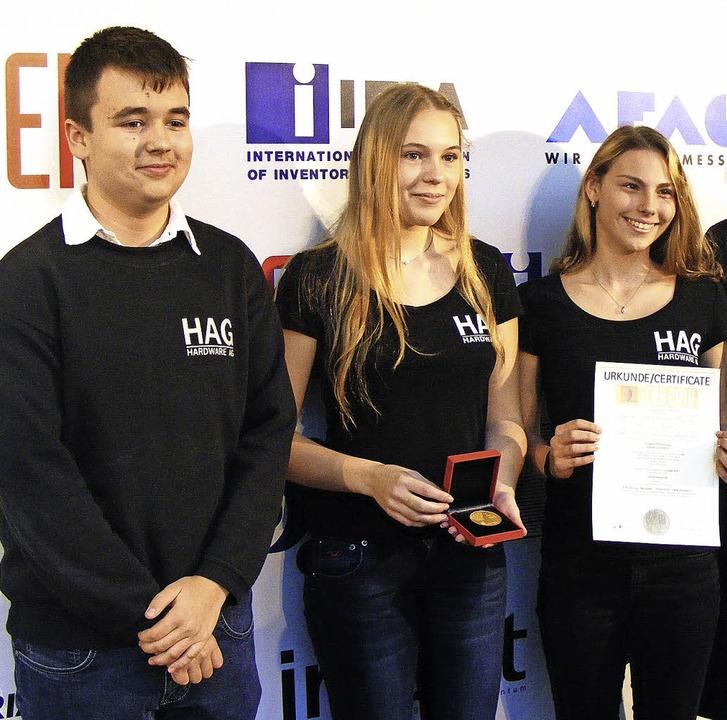 Eine Goldmedaille gewannen Jonas Lampp...ottmann mit der intelligenten Windel.   | Foto: Baden-Württemberg Stiftung