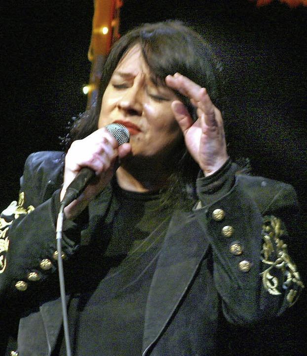 Die Sängerin Ulla Meinecke singt im Mai 2017 in Steinen.   | Foto: Heidi Foessel