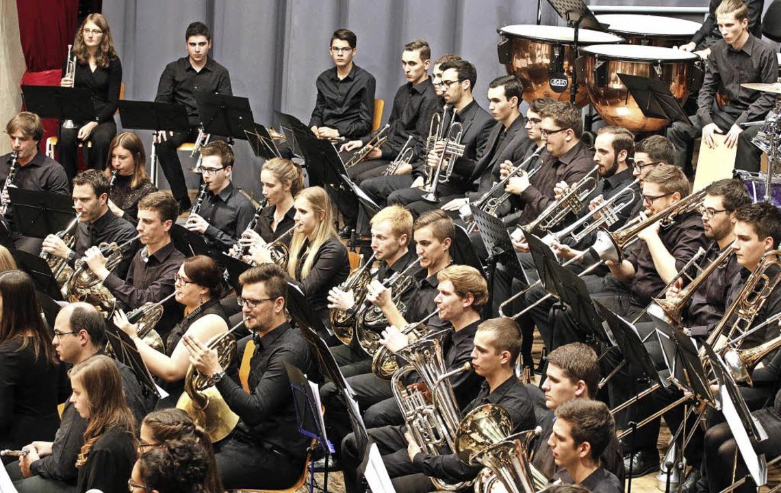 Das sinfonische Verbandsjugendblasorchester in der Sternenberghalle   | Foto: Heidi Fössel