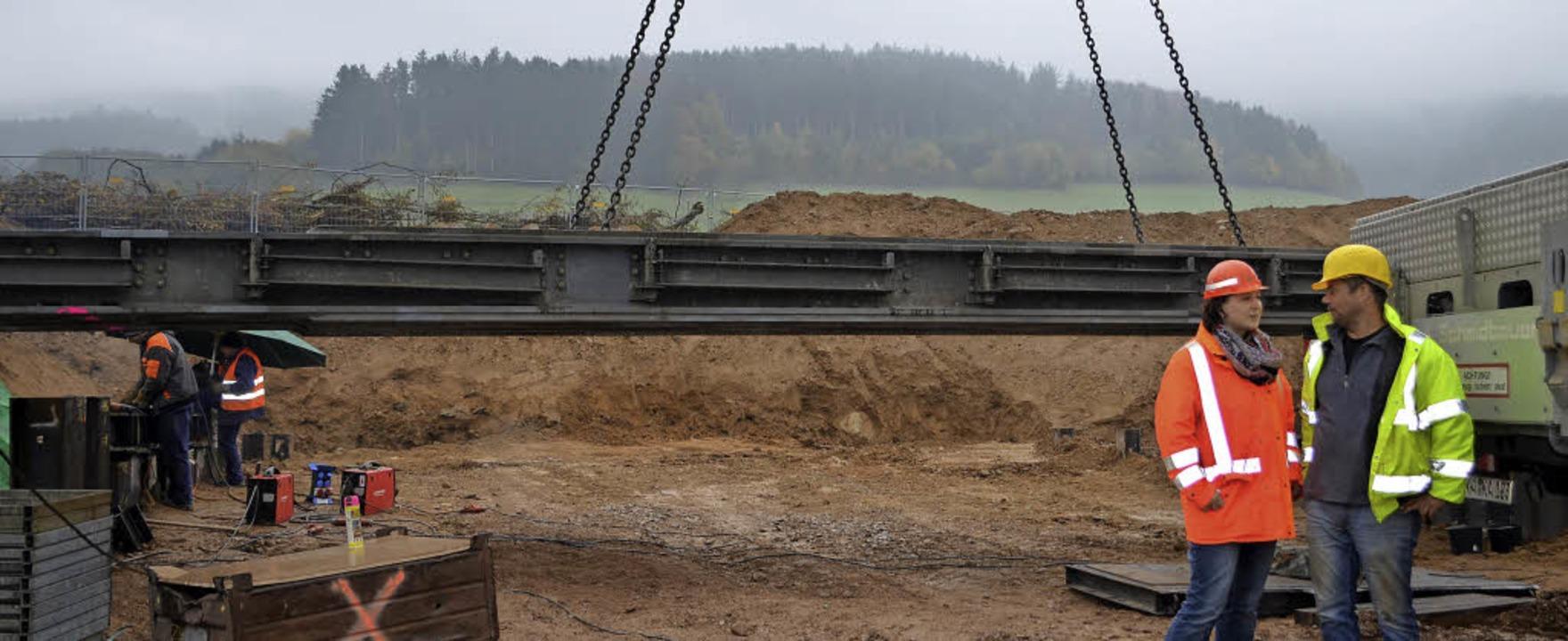 An Bauwerk 4: Die Hilfsbrücke hängt an...hn AG, und Bauleiter Marc Weißgräber.   | Foto: N.Bayer