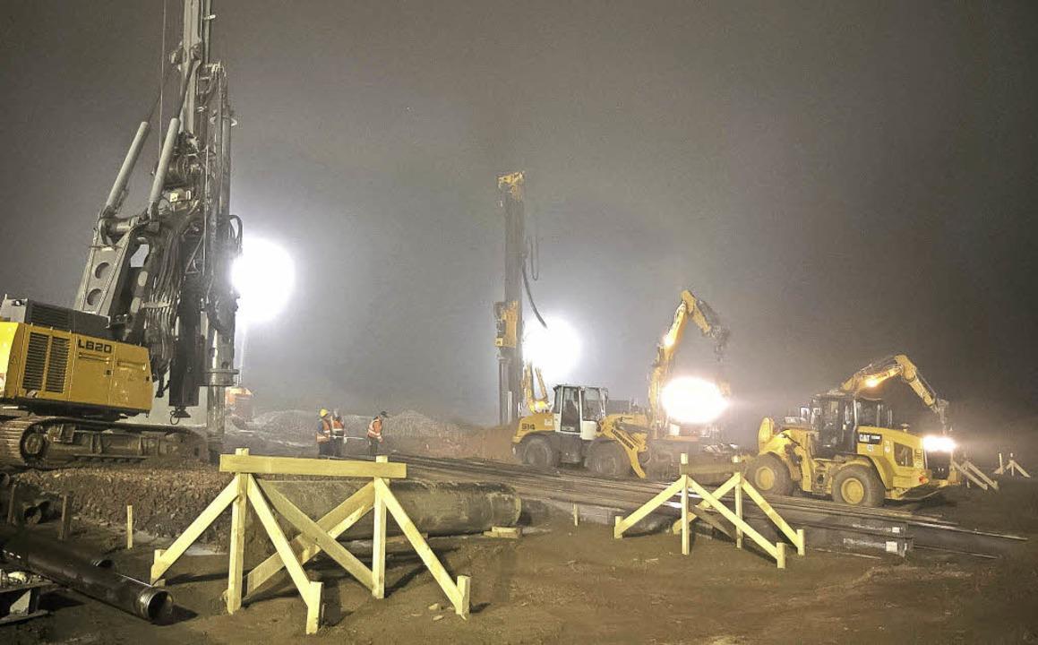 Nachtarbeit beim Bahndammdurchbruch an...m südlichen Ortsausgang Niederwinden.   | Foto: Daniel Fleig