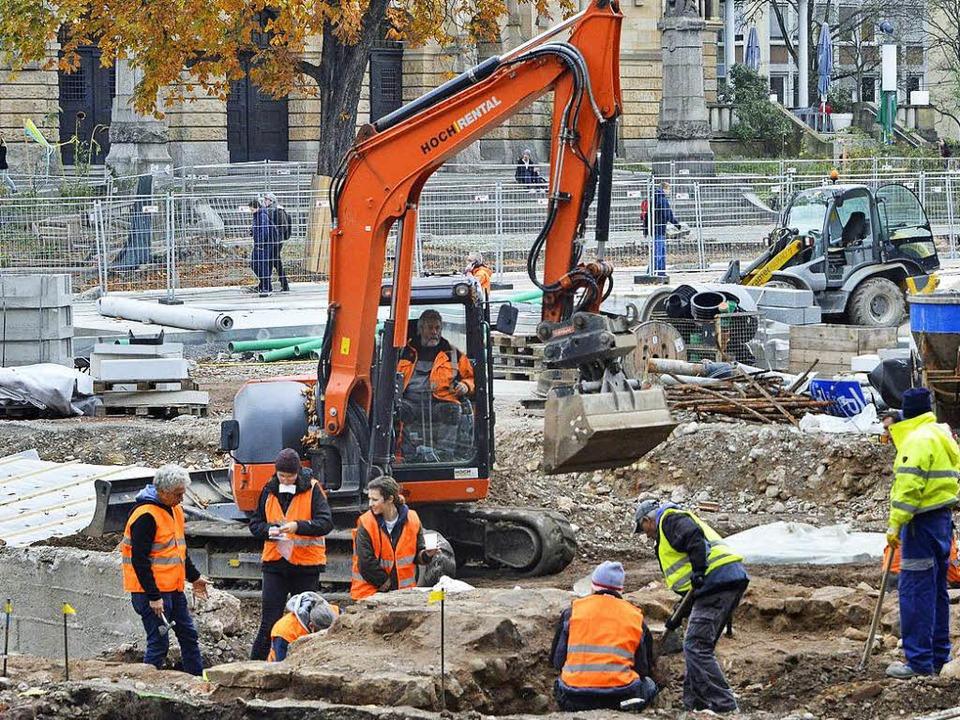 Die Archäologen tragen Steine am Platz der Alten Synagoge ab.  | Foto: Michael Bamberger