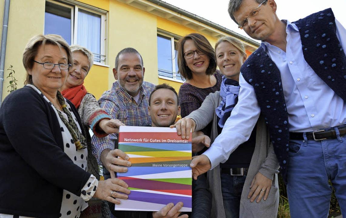 Präsentieren die Vorsorgemappe für das...nd Uwe Matzeit (Weißköppel-Stiftung).   | Foto: Markus Donner
