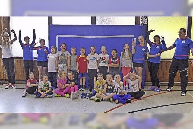 Zweitklässler üben Handball