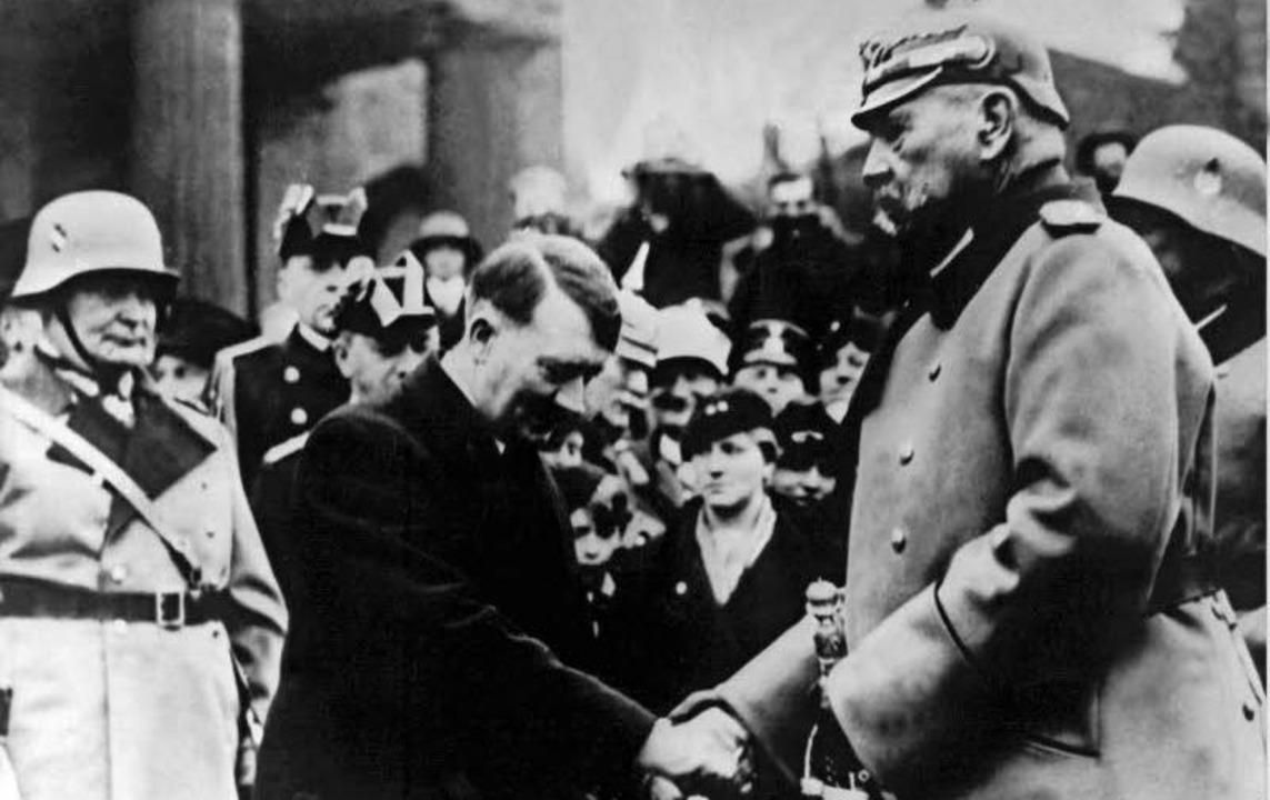Reichskanzler Hitler  begrüßt Reichspräsident  von Hindenburg  am 21. März 1933.  | Foto: dpa