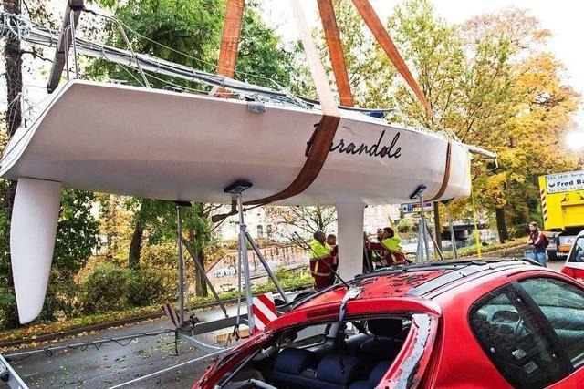 Zehn-Meter-Segelboot landet mitten in Freiburg auf drei geparkten Autos