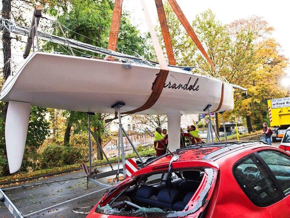 Mit einem Kran wurde das Boot vom zers... wieder zurück auf den Hänger gehoben.  | Foto: dpa