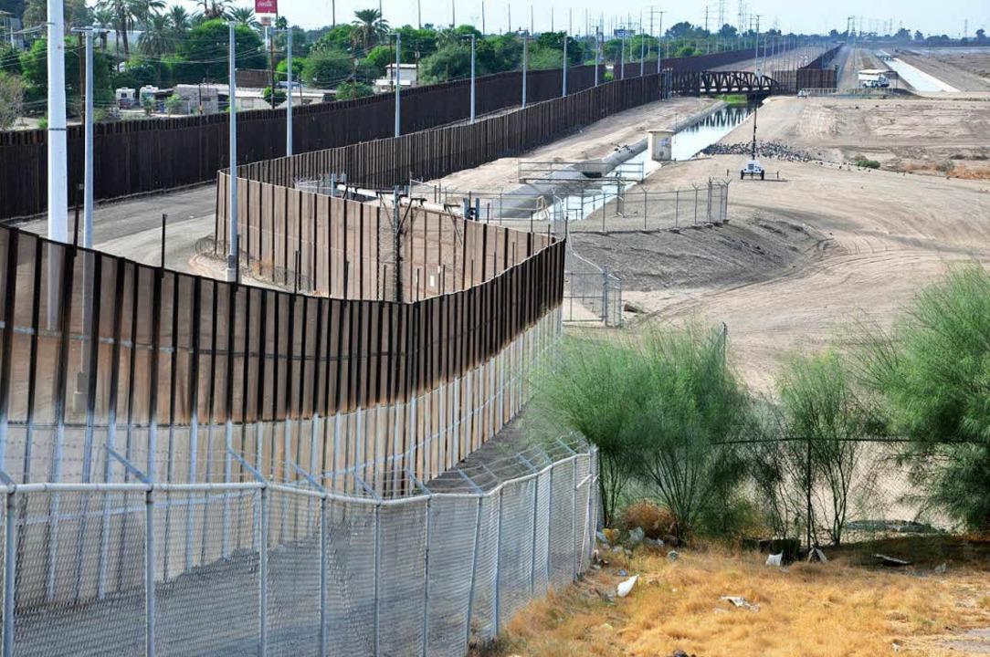 Dieser Zaun an der Grenze zu Mexiko in...na soll illegale Einwanderer abhalten.    Foto: Jens Schmitz