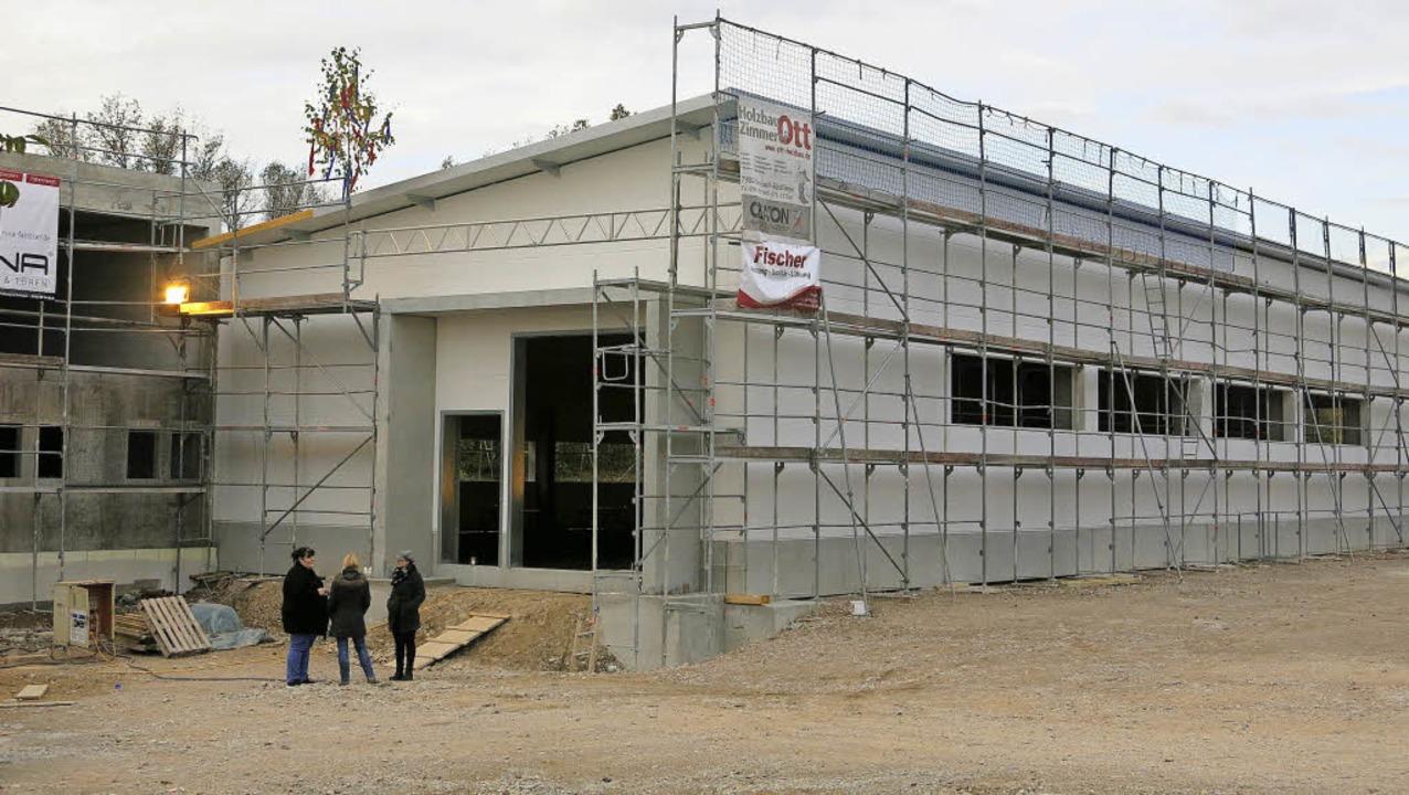Auf dem Rohbau für das neue Firmengebä... große Lagerhalle und ein Bürogebäude.  | Foto: Claudia Müller