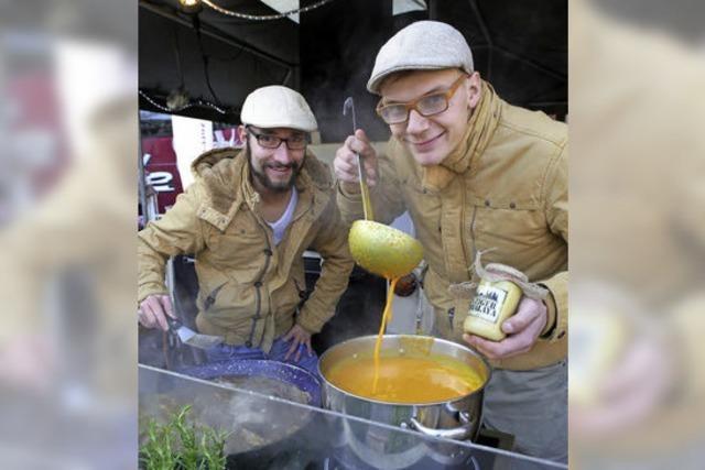 Drei junge Köche servieren alte Gerichte