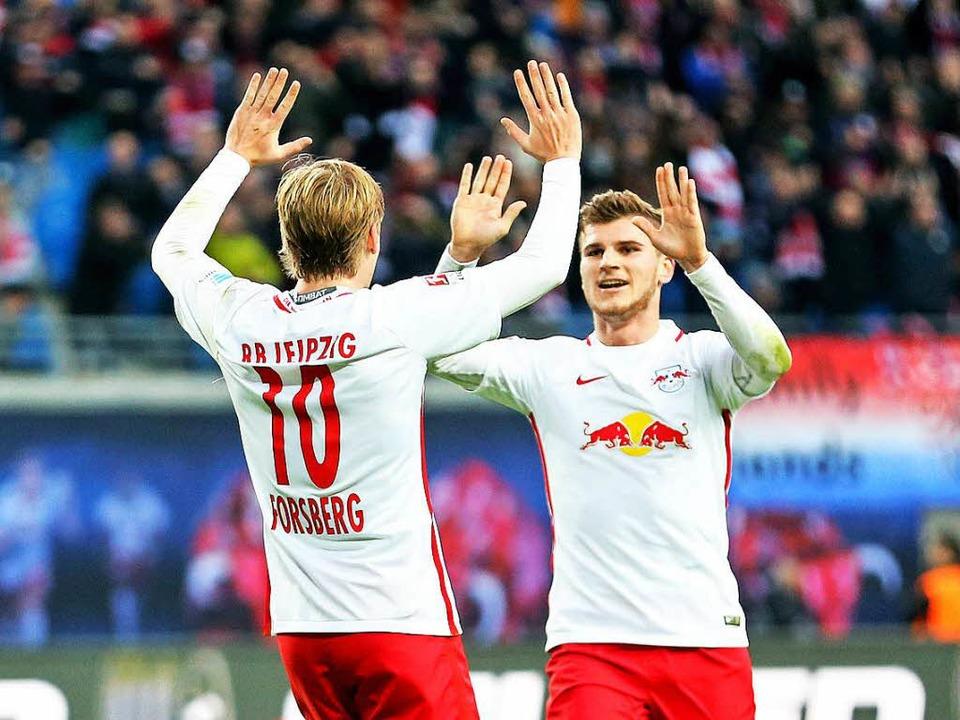 Die Leipziger Emil Forsberg (l) und Torschütze Timo Werner jubeln nach dem 3:0.  | Foto: dpa