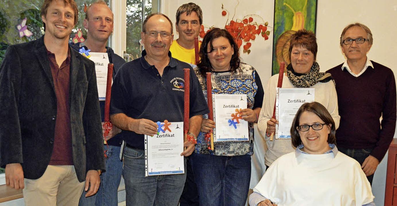 Freude übers Zertifikat bei den Teilne...tsführer Albrecht Schwerer (rechts).      Foto: Gerhard Lück