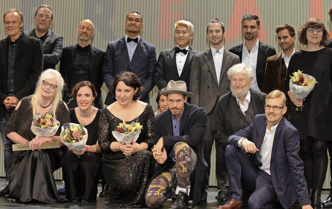 Gruppenbild mit  Siegern und  Nominierten: Faust-Finale im Freiburger Theater   | Foto: rita eggstein