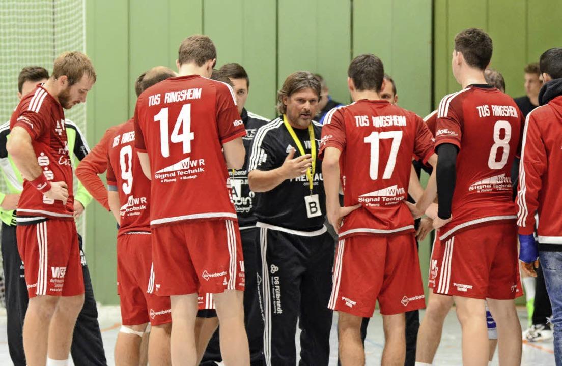 Ein unzufriedener Trainer Volker Klatt im Kreise seiner Mannschaft.   | Foto: Sebastian Köhli