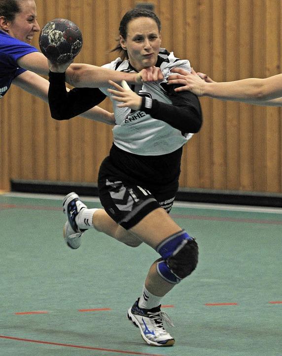 Daniela Ganter wurde auf der Mittelpos...ehr immer wieder unter Druck gesetzt.   | Foto: Pressebüro SChaller