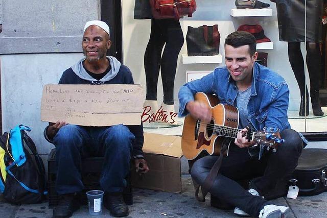 New Yorker Musiker spielt für Obdachlose Gitarre
