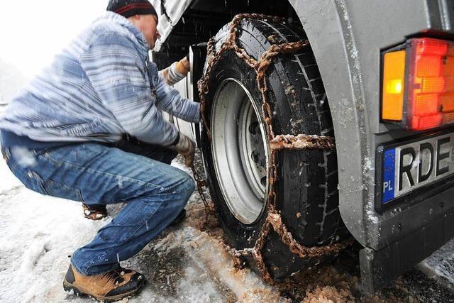 Unfälle und liegengebliebene Lastwagen nach Schneefällen – manche mit Sommerreifen unterwegs