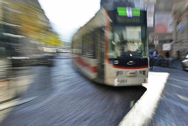 13-jährige Radfahrerin kollidiert mit Straßenbahn