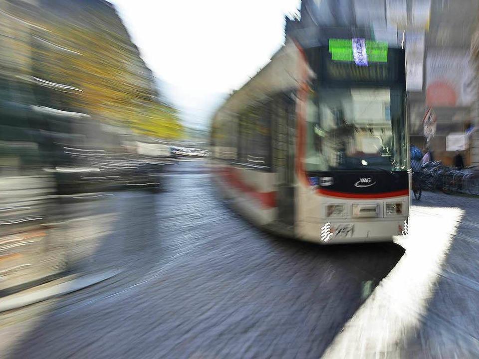 Eine 13-Jährige auf dem Rad  ist seitl...eine Straßenbahn gefahren (Symbolbild)  | Foto: Michael Bamberger