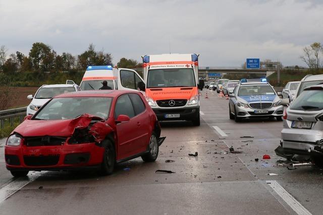 Polizeibilanz nach Unfallserie auf A5: Zwölf Unfälle mit 39 Autos, 22 Verletzte und 400 000 Euro Schaden