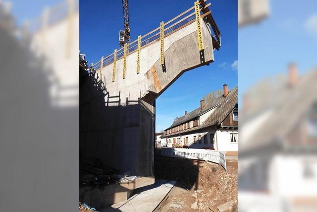 Bald ist die 27-Meter-Brücke in Neustadt auf sich gestellt