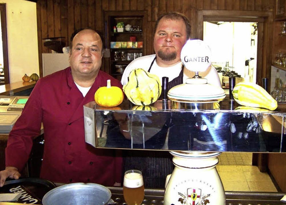 Wirt Husein Bourechem und Koch Ferrenc...eue Wirkungsstätte und die neuen Gäste  | Foto: Hans Sigmund