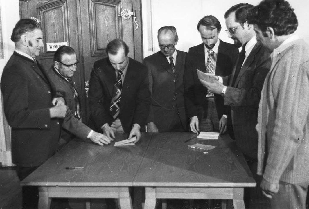 Der Wahlausschuss bei der Stimmauszählung.  | Foto: Archiv Fehrenbach
