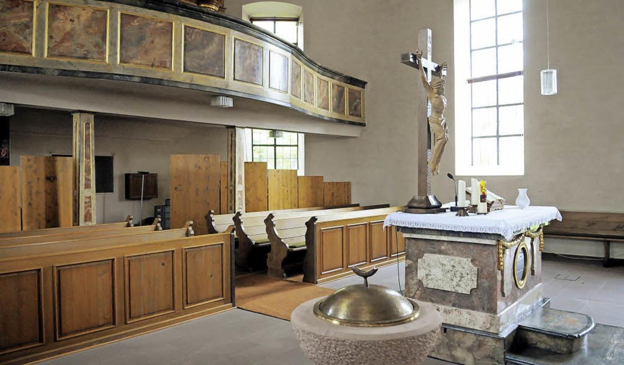 Die Bänke unter der Empore weichen Stü...Kirche Allmannsweier auf der Technik.     Foto: Wolfgang Künstle