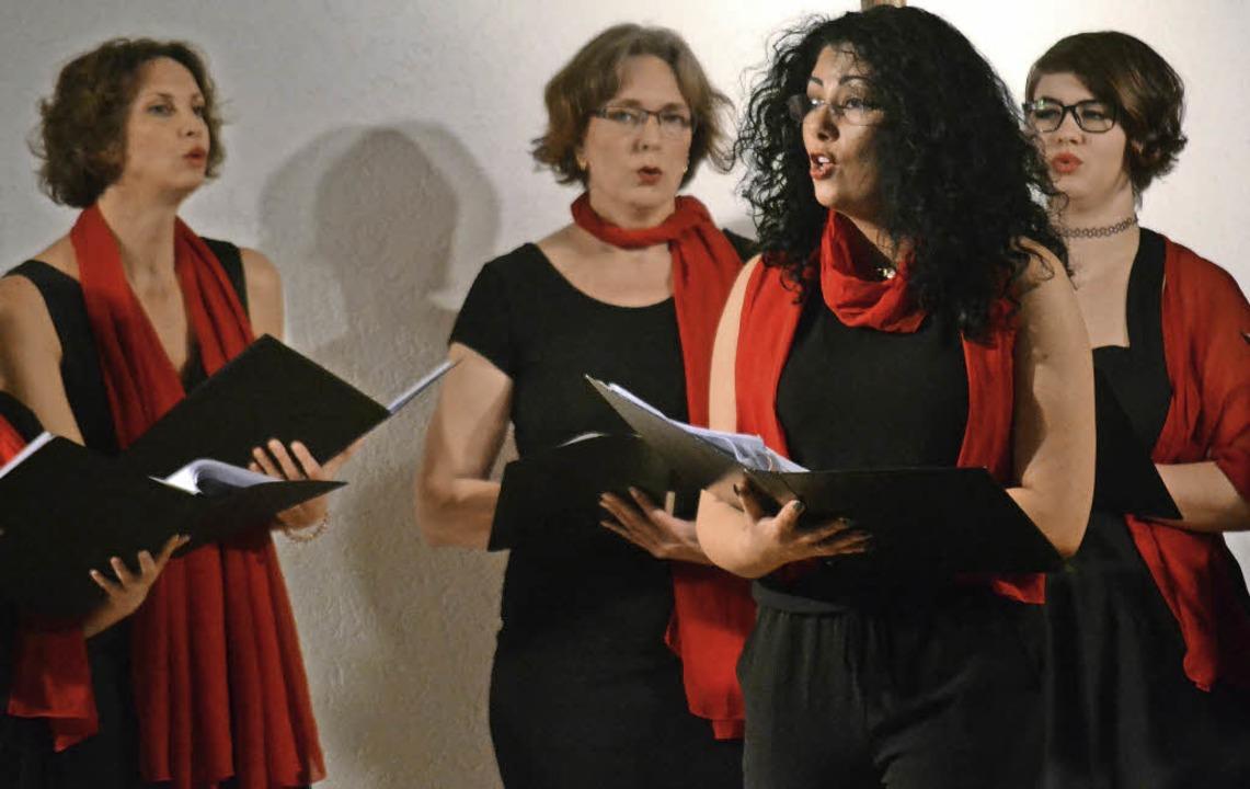 Die Sängerinnen von No Limits, vorne Ouided Khachnaoui, traten erstmals auf.  | Foto: Anna Uhlmann/dpa